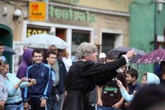 Nonna circondata dalla gente felice Fotografie Stock Libere da Diritti