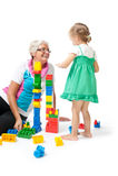 Nonna con i nipoti che giocano con i blocchi Immagini Stock Libere da Diritti
