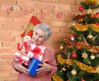Nonna con i regali Fotografia Stock