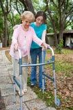Nonna con il camminatore Immagini Stock