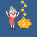 Nonna con il porcellino salvadanaio dorato Fotografia Stock