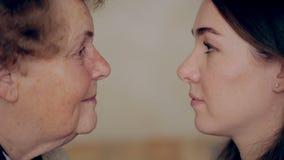 Nonna con la nipote faccia a faccia Occhio da osservare archivi video