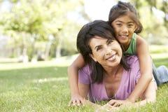 Nonna con la nipote in sosta Fotografia Stock Libera da Diritti