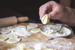 Nonna a cucinare vareniki con la ricotta Fotografie Stock Libere da Diritti