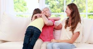 Nonna d'abbraccio e madre del bambino sveglio archivi video