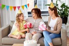 Nonna di saluto della nipote sul compleanno immagini stock libere da diritti