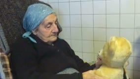 Nonna e burattino video d archivio