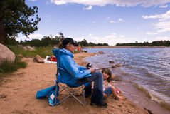 Nonna e famiglia su un viaggio di pesca Fotografia Stock Libera da Diritti