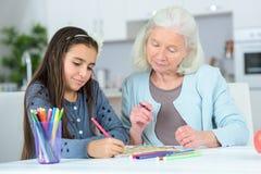 Nonna e grandaughter che riuniscono fotografie stock libere da diritti
