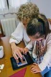 Nonna e nipote che giocano con la compressa Immagini Stock Libere da Diritti