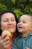 Nonna ed il suo poco treasur Fotografia Stock
