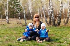 Nonna felice con due nipoti all'aperto fotografia stock libera da diritti