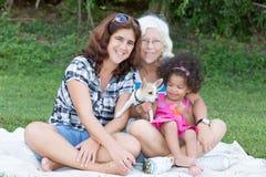Nonna, madre latina e figlia accampantesi su un parco Fotografie Stock Libere da Diritti