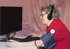 Nonna nel mondo moderno Non un giorno senza Internet fotografia stock libera da diritti