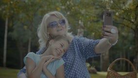 Nonna positiva che fa selfie con il nipote archivi video
