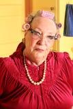 Nonna senior scontrosa con i bigodini  fotografia stock