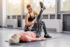 Nonna uscente di addestramento della donna nelle classi di forma fisica immagine stock