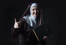 Nonne annonciert Bibel Stockfoto
