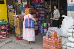 Nonne birmanne rassemblant l'aumône de matin photos stock