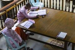 Nonne bouddhiste dans Myanmar images libres de droits