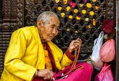 Nonne bouddhiste tenant ses perles de prière Photographie stock