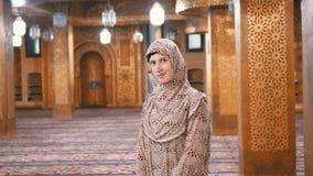 Nonne dans des supports de robe longue ? l'int?rieur d'une mosqu?e islamique ?gypte clips vidéos