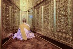 Nonne de Myanmar s'asseyant pour la méditation dans le temp de Shwenyaungbin myanmar Photographie stock libre de droits