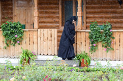 Nonne, die in den Regen geht stockfotografie