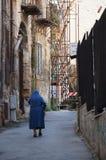Nonne, die in die Straße geht lizenzfreie stockfotos