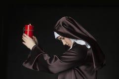 Nonne, die Kerze hält Lizenzfreie Stockfotos