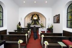 Nonne, die vor einem Altar knit Stockfoto