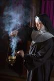 Nonne, die Weihrauch für Masse vorbereitet Lizenzfreie Stockfotografie