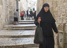 Nonne hält Kerze an Lizenzfreie Stockbilder