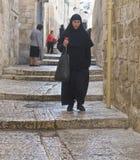 Nonne hält Kerze an Stockfotografie