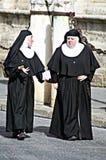 Nonne marchant dans la rue 1 Photo libre de droits
