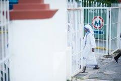 Nonne marchant hors de l'église photographie stock libre de droits