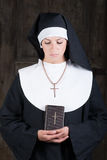 Nonne mit Bibel Stockbild