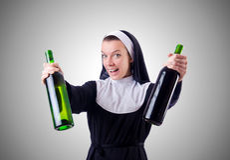 Nonne mit Flasche Rotwein Stockfotografie
