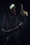 Nonne mit Gewehr Lizenzfreies Stockfoto