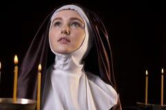 Nonne mit Kerzen Lizenzfreies Stockfoto