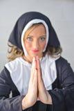 Nonne priant à la toute-puissant photos stock
