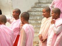 Nonnen bij de ingang van de Tempel, de Heuvel van Mandalay Royalty-vrije Stock Foto