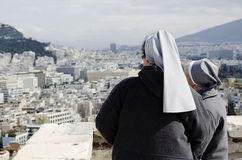 Nonnen die over Athene kijken Stock Foto's