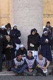 Nonnen en jongens bij de massa van Pausfrancis Royalty-vrije Stock Foto