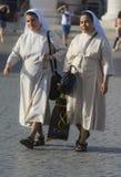 Nonnen im weißen Kleid Stockbilder