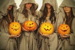 Nonnen mit Halloween-Kürbisen Stockfotos