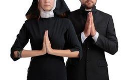 Nonnen- und Priesterbeten lokalisiert auf einem weißen Hintergrund Lizenzfreies Stockfoto