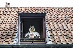 Nonnenstatue mit Sonnenbrille in Brügge, Belgien Stockbilder