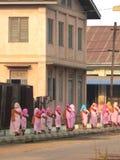 Nonnes de la Birmanie rassemblant l'aumône Image libre de droits