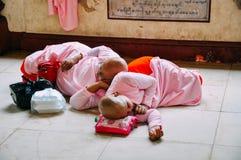 Nonnes dormant près de la pagoda de Shwedagon à Yangon Image libre de droits